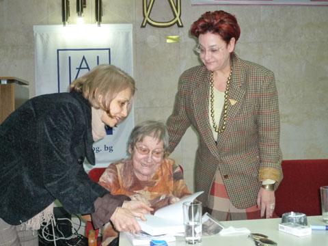 Още един миг от вечерта: продуцентът на празниците - Любима Бучинска, Вера Мутафчиева, Евелина Келбечева